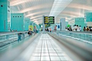 Pasajeros en la T1 del aeropuerto de Barcelona
