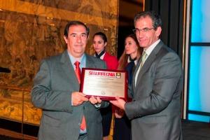 José Luis Bolaños Ventosa, presidente del Consejo Técnico Asesor de la revista Seguritecnia, entrega el trofeo a Rafael Gómez Romero, Coordinador de la Base del Helimer Canarias. Imagen: Seguritecnia