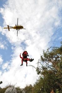 El vuelo estacionario permite que los rescatadores puedan descolgarse y prestar asistencia. Foto: Bomberos de Asturias. 112 Asturias